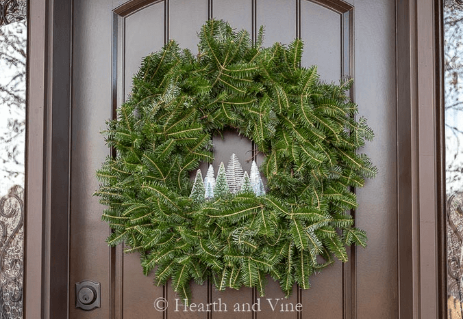 クリスマスリースとボトルブラシツリー